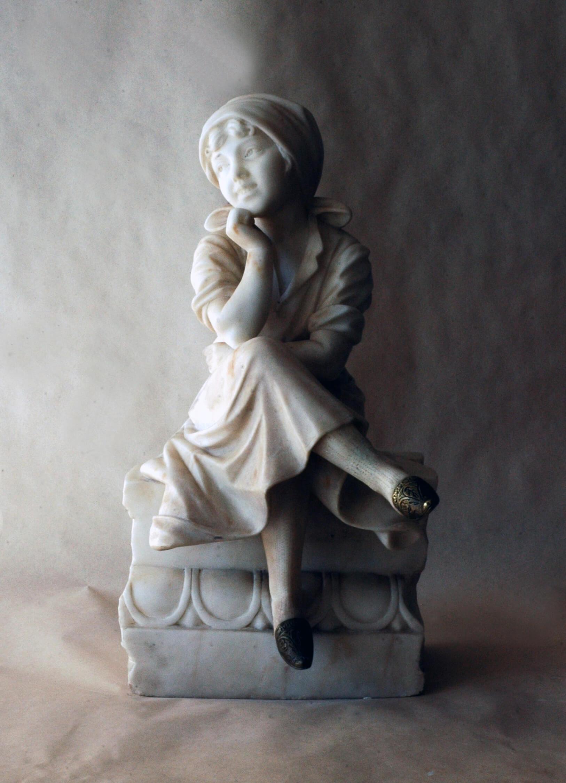 Sedící figura dívky